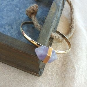 Cuff brazalet with a purple quartz.